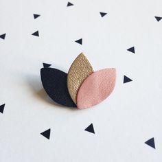 Mini broche 3 pétales en cuir anthracite/doré/poudre : Broche par namche-bazar