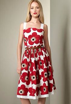 The print on this D&G Dolce & Gabbana Poppy-Print Dress looks exactly like Marimekko's famed Unikko print! No word if Marimekko grante. Dolce & Gabbana, Vintage Outfits, Floral Outfits, Fashion Design Classes, Celebrity Style Guide, Poppy Dress, Shabby Look, Costume, Outfits