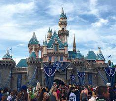 """Y soñé con el estar para el 60 Aniversario y fui tan feliz al pasar un día increíble donde miles de recuerdos tomaron poder donde no cabía de la felicidad un lugar donde mi único deseo era que el día fuera por lo menos de 36hrs para ver sentir y vivir cada detalle del parque y donde cobran vida los sueños!! """"Imagina crea y sueña""""  #disneyland #magical #celebration #mickeymouse #castle #60aniversary #lovedisney  by vandrady"""