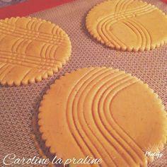 Caroline La Praline: Sablés comme à la boulangerie (thermomix) 250 gr de farine, 25 gr d'amandes en poudre, 125 gr de sucre glace, 2 gr de fleur de sel (ou sel), 12,5 gr de poudre de lait Régilait, 5 gr de levure chimique, 100 gr de beurre, 75 gr d'œuf (= 1+1/2 œuf), 1 petite cc de poudre de vanille Madagascar, 1 jaune d'œuf, extrait de café, crème liquide pour la dorure, Amandes effilées. My Recipes, Sweet Recipes, Macarons, Happy Cook, Desserts With Biscuits, French Patisserie, Thermomix Desserts, Biscuit Cookies, Sweet Tarts