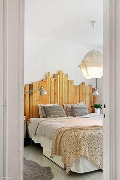 drewniane wezgłowie z surowych desek i lampa z drutu i bawelny nad łóżkiem w sypialni - Lovingit.pl