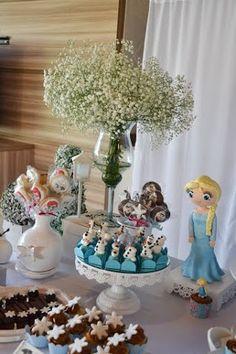 Festa Frozen para meninas! Tudo sobre a decoração AQUI: http://mamaepratica.com.br/2015/06/22/ideias-fofas-criativas-festa-frozen/  Foto: blog Mamãe Prática  #festa #festainfantil #Frozen #dicas #ideias #decoração #Elsa #docinhos #Olaf #mães #filhos #meninas #cupcake