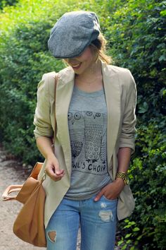 Blazer, light wash jeans, oversized back, and grey t-shirt with a cap. Very adorable.