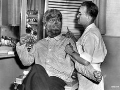 This photo was taken on the set of The Wolf Man It is an American drama horror film written by Curt Siodmak and produced and directed by George Waggner. The film stars Lon Chaney, Jr. Classic Monster Movies, Classic Horror Movies, Classic Monsters, Horror Films, Horror Art, Lon Chaney Jr, Horror Monsters, Famous Monsters, Vintage Horror