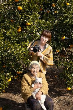 Miyoko Ihara pictured with her grandma, Misao and her odd-eyed cat Fukumaru -Lokaverkefni í ljósmyndun I Love Cats, Cute Cats, Funny Cats, Adorable Kittens, Baby Cats, Cats And Kittens, Ragdoll Kittens, Bengal Cats, White Kittens