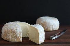 Red Hawk is a complex and well balanced cheese. Its aromas contain notes of chalk and hay; its taste is full-flavored, savory and almost beefy, with a long creamy finish.