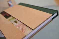 Cuadernos realizados con chapa de madera natural de haya y cinta de raso pintada a mano por Tucha (artista afincada en el Escorial), cada pieza es única,  puesto que la cinta va variando en colorido e imágenes en toda su longitud. También se varía la colocación de la misma dentro del cuaderno,  así como su ancho.<br />Son piezas exclusivas, no hay dos iguales, y sus texturas madera-raso las hacen especiales.<br />Se pueden variar los tamaños bajo pedido, ideales para un regalo único, como un…