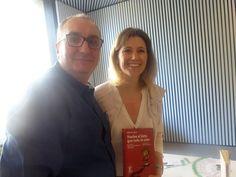 Alfred López con la psicóloga y escritora Silvia Álava, posan con un ejemplar del libro Vuelve el listo que todo lo sabe en Sant Jordi 2015