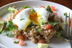 Hulled barley and a poached egg for breakfast. Healthy Dishes, Healthy Eating, Healthy Recipes, Healthy Meals, Savory Breakfast, Breakfast Recipes, Breakfast Ideas, Hulled Barley, Food And Thought
