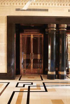 Le palais Umaid Bhawan en Inde Le palais abrite désormais un palace, dont la porte en cuivre ouvre sur deux salles de réception.