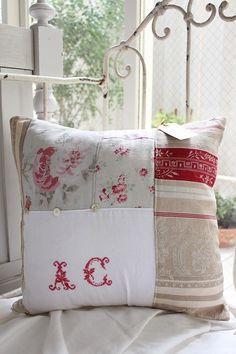 「ルイーズさんのフレンチアンティーク布のパッチワーククッション」ココン・フワット Coconfouato & The New cushion design featured at Thread | Home Business Ideas ... pillowsntoast.com
