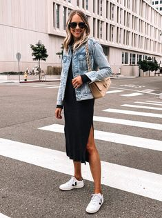 Black Midi Dress Outfit, Dress And Sneakers Outfit, Sneaker Outfits Women, Casual Dress Outfits, Stylish Outfits, Fashion With Sneakers, Black Trainers Outfit, White Sneakers Outfit Spring, Casual Midi Dress