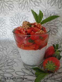 Mohn-Creme mit marinierten Erdbeeren