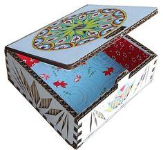 BIJÜ BOX - Boîte à bijoux Une superbe boîte à bijoux en carton et papier japonais, à construire et à customiser.  Vous pouvez y mixer la technique de dentelle de carton pour laisser subtilement apparaître les cannelures kraft de la boîte, et le coloriage anti-stress qui, en plus de vous détendre, apportera une multitude de couleurs relaxantes.  Une fois le moment de loisirs achevé, cette boîte pourra abriter vos bijoux ou petits secrets...