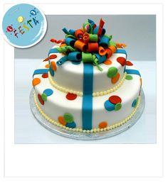 Torta dots & ribbon, idea decorativa per torta ricca di colore. Acquista i prodotti necessari per metterti alla prova nella creazione di questa decorazione. www.unoduetrefesta.it