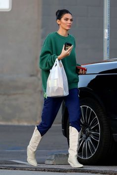 Kendall jenner sports a green sweatshirt, blue track pants with knee high boots as she arrives for a photoshoot at milk studio in los angeles Kendall Jenner Outfits, Kendall Jenner Swimsuit, Kendall Jenner Body, Kendall And Kylie, White Cowboy Boots, Cowboy Boot Outfits, Kendalll Jenner, Mode Outfits, Fashion Outfits