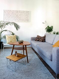 To forskellige sofaborde Upholstered Furniture, Living Room Inspiration, Loft Decor, Interior Furniture, Living Space Decor, Home Living Room, House Furniture Design, House Interior, Retro Home Decor