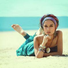 Muchacha en la playa, usando accesorios.
