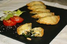 Empanadillas de espinacas con pasas y piñones