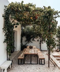 Pergola inspiration for outdoor seating areas Outdoor Dining, Outdoor Spaces, Outdoor Decor, Outdoor Seating, Outdoor Kitchens, Backyard Patio, Backyard Landscaping, Pergola Patio, Back Gardens