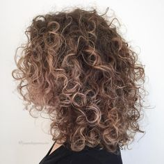 50 Natural Curly Hairstyles to Try in 2020 - Hair Adviser - - We've rounded up 50 cutest and trendiest natural curly hairstyles that will make you look and feel amazing! Blonde Curly Hair, Colored Curly Hair, Haircuts For Curly Hair, Curly Hair Tips, Curly Hair Styles, Natural Hair Styles, Short Natural Curly Hairstyles, Blonde Curls, Long Layered Curly Hair