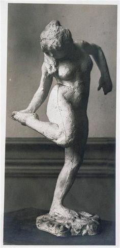 """""""Danseuse regardant la plante de son pied droit, quatrième étude"""", sculpture d'Edgar Degas Gauthier (actif vers 1918) Paris, musée d'Orsay"""