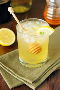 Moscato Bee's Knees Wine Cocktail -> a honey-laced wine cocktail just perfect for summer sipping!