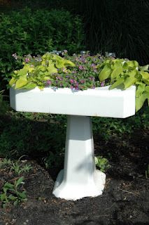 Upcycled Sink for Container Gardening. Love this idea and if I find a sink like this, it will be in my garden. Garden Sink, Garden Pots, Garden Items, Container Plants, Container Gardening, Plant Containers, My Secret Garden, Secret Gardens, Garden Projects