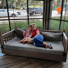Pallet Plans Building Pallet Daybed-DIY Daybed Plans - I can yet remember that we use tree swing to enjoy our summer vacations and weekend when we were kids in our c Daybed Room, Patio Daybed, Diy Daybed, Outdoor Daybed, Wooden Daybed, Pallet Daybed, Pallet Furniture, Porch Bed, Diy Porch