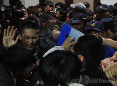 台湾・台北(Taipei)の行政院(内閣)庁舎で、警察官ともみ合いになるサービス貿易協定に反対する学生ら(2014年3月24日撮影)。(c)AFP/Mandy Cheng ▼25Mar2014AFP|【写真特集】台湾警察、対中協定反対派を強制排除 http://www.afpbb.com/articles/-/3010935