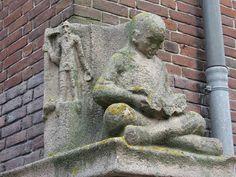 Zittende lezende jongen, Hoekplastiek van Hildo Krop, 1929  ROC-ASA-college, Dongestraat, Amsterdam