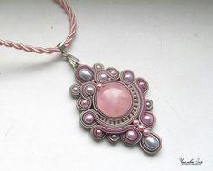 Gray and pink pendant Soutache Pendant, Soutache Necklace, Diy Necklace, Beaded Jewelry Patterns, Geometric Jewelry, Handmade Necklaces, Handmade Jewelry, Soutache Tutorial, Pink Pendants