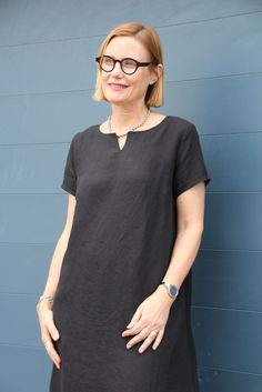 Jane Dress by tessuti patterns –This a-line dress features a smallneckline split, short sleeves and a si...