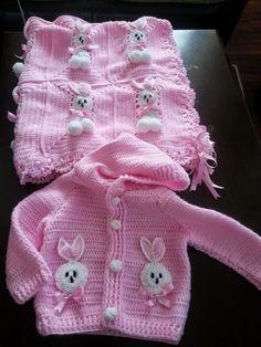Mary Helen artesanatos croche e trico Baby Sweater Patterns, Crochet Blanket Patterns, Baby Knitting Patterns, Baby Blanket Crochet, Baby Patterns, Crochet Baby Sweaters, Knitted Baby Cardigan, Crochet Baby Clothes, Crochet Bunny
