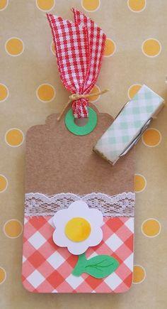 Kit contendo três tags tema picnic em alta gramatura, com recortes profissionais e colagens sobrepostas em 3d. Não acompanha prendedor decorado.  Tag Maçã  Tag Formiga  Tag Flor  Mede aprox. 8cm de altura  Pedido mínimo: 5 kits = 15 tags
