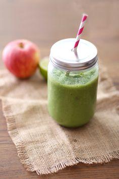 Ingredienser 1 rødt eple 1 dl sukkerfri ferdigblandet saft (jeg har brukt Fun-Light fruktfest) 100 g gresk yoghurt En neve spinat 1 ts ingefær 1/3 lime (saften) 2 isbiter