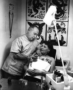 17 Kick-Ass Vintage Photos Of Women With Tattoos Old Tattoos, Body Art Tattoos, Tattoos For Guys, Tattoos For Women, Tattooed Women, Tatoos, Vintage Photographs, Vintage Photos, Historical Tattoos