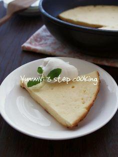 しっとり濃厚!フライパン焼きベイクドチーズケーキ by ヤミー / NHKのあさイチでご紹介したフライパン焼きチーズケーキ。こちらいまだに大人気。(元のレシピは7年も前)型がなくてもオーブンやオーブントースターがなくても作れちゃうんです♪蒸し焼きするからしっとりと濃厚!チーズ好きにはたまらない美味しさですよ♪詳しくはブログで→http://ameblo.jp/3stepcooking/entry-11962190186.html / Nadia