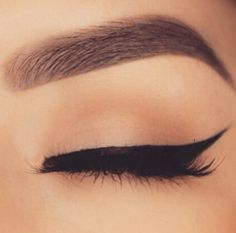 The perfect winged eyeliner. Suitable for day and night!
