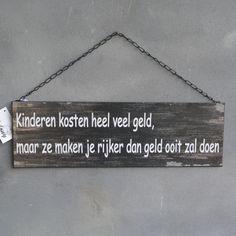 Landelijk tekstbord 'kinderen kosten je heel veel geld, maar ze maken je rijker dan geld ooit zal doen'.