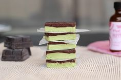 Healthy Andes Mints by oatmealwithafork: 124 calories/serving Paleo Dessert, Gluten Free Desserts, Dairy Free Recipes, Vegan Desserts, Raw Food Recipes, Just Desserts, Delicious Desserts, Dessert Recipes, Yummy Food