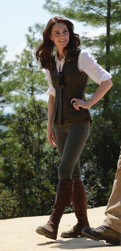 Kate Middleton nella riserva di Panbari nel Parco Nazionale di Kaziranga, 13 aprile 2016 Il vestito è di Topshop e costa circa 140 dollari (poco più di 120 euro, ora non è più disponibile). Gli orecchini sono di Accessorize, circa