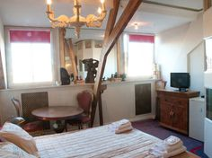 """Between Art and Kitch B&B Amsterdam  """"Between Art and Kitsch B&B"""" is a hospitable Amsterdam Bed and Breakfast, right between the Museum area and neighbourhood we call the Quartier Latin of Amsterdam: """"The Pijp""""."""