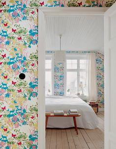 Une chambre à la décoration fleurie