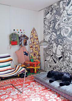 No quarto do filho Aly, as estampas prevalecem. Na poltrona PAULISTANO, de Paulo Mendes da Rocha, tecido da Missoni. Tapete da Moooi. Painel do projeto Mulheres Barbadas - Fotos Otavio Dias