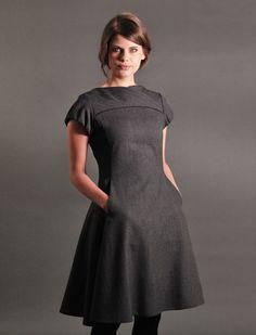 • tailliertes Wollkleid  • Länge: knielang • Oberteil in Wickeloptik • Eingriffstaschen • rückwärtiger Reißverschluss  • Modelgröße: Unser Model ist 173 cm groß und trägt Größe 36 •...
