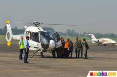 Helikopter milik TNI AU menurunkan jenazah korban jatuhnya Pesawat Sukhoi di Bandara Halim Perdanakusuma, Jakarta, Sabtu (12/5).
