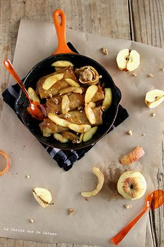 Crêpes fourrées, poelée de pommes à la cannelle et sauce caramel beurre salé