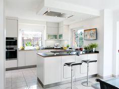 Open kitchen in white Kitchen Interior, New Kitchen, Interior Design Living Room, Kitchen Dining, Kitchen Decor, Kitchen White, L Shaped Kitchen, Living Room Flooring, Küchen Design