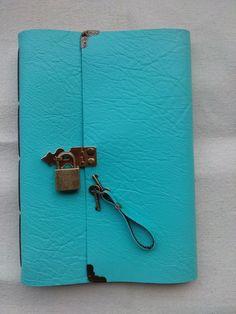 Caderno ou diário feito à mão com costura artesanal Longstitch.  Couro sintético verde água com cadeado e estampa poá marrom e verde.  - 100 folhas (200 páginas)sem pautas papel reciclado.  Cadeado e chaves em ouro velho.  Aceito encomendas em outras cores. R$ 60,00